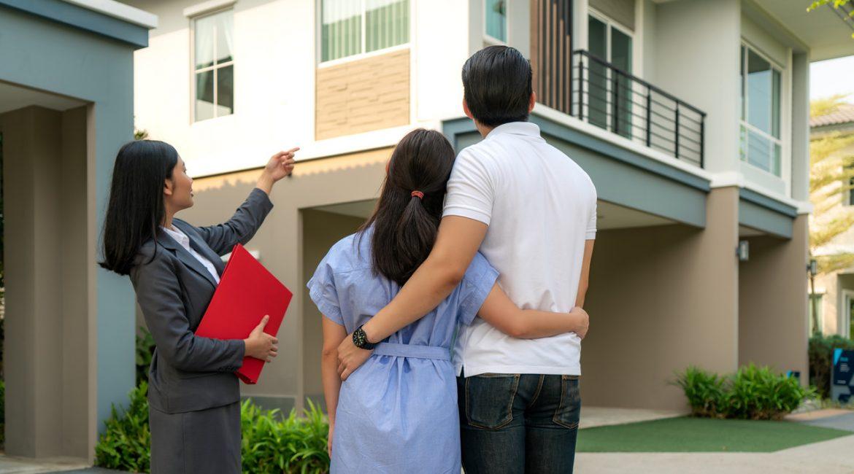 para oglądająca nowe mieszkania