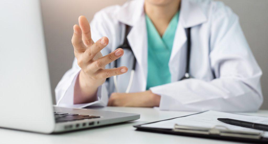 lekarz przy laptopie, wizyta online
