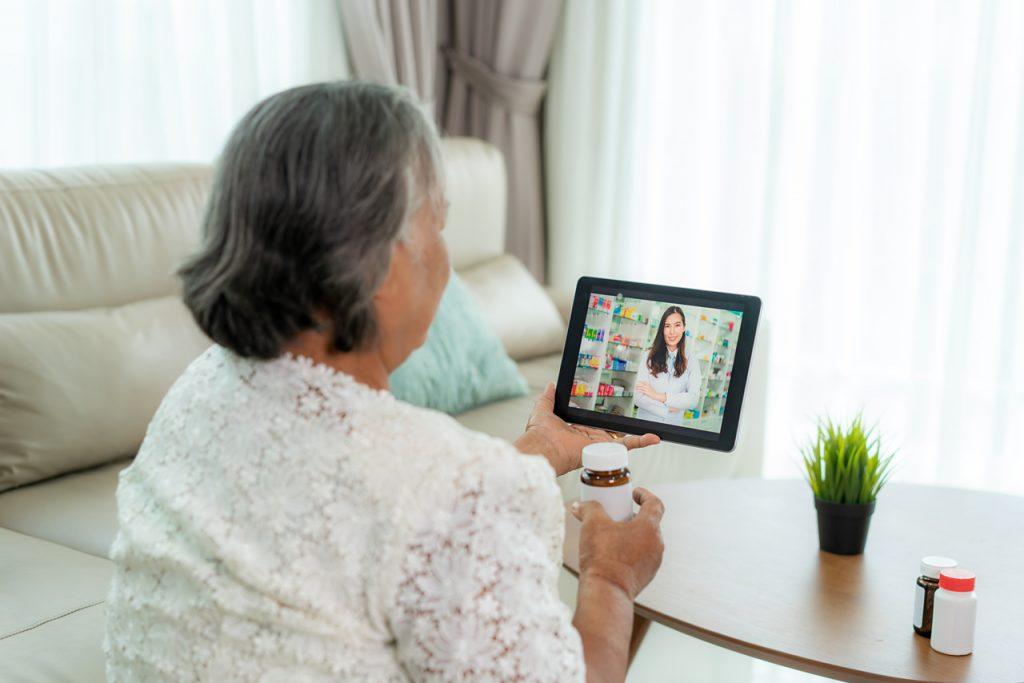 kobieta z tabletem podczas e-wizyty