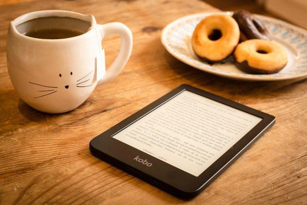 ebook na stol obok kubka z herbatą