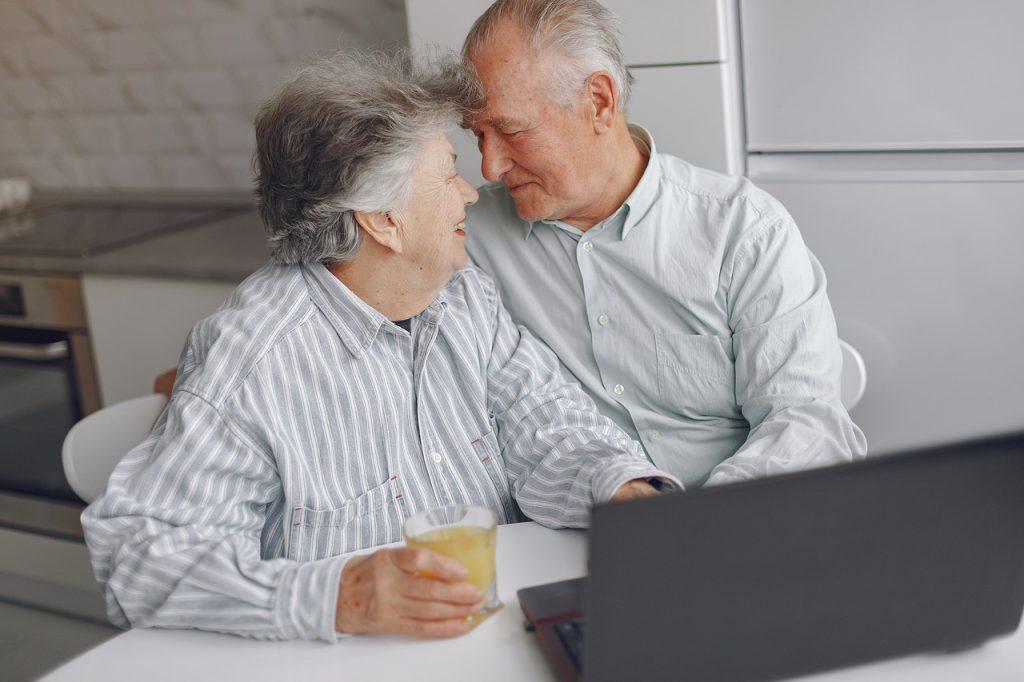 para przytulających się seniorów