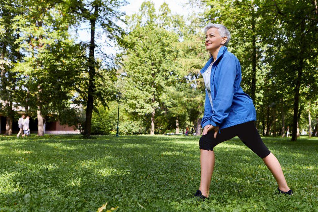 starsza kobieta uprawiająca jogging