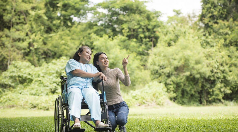 kobieta na wózku inwalidzkim z wnuczką