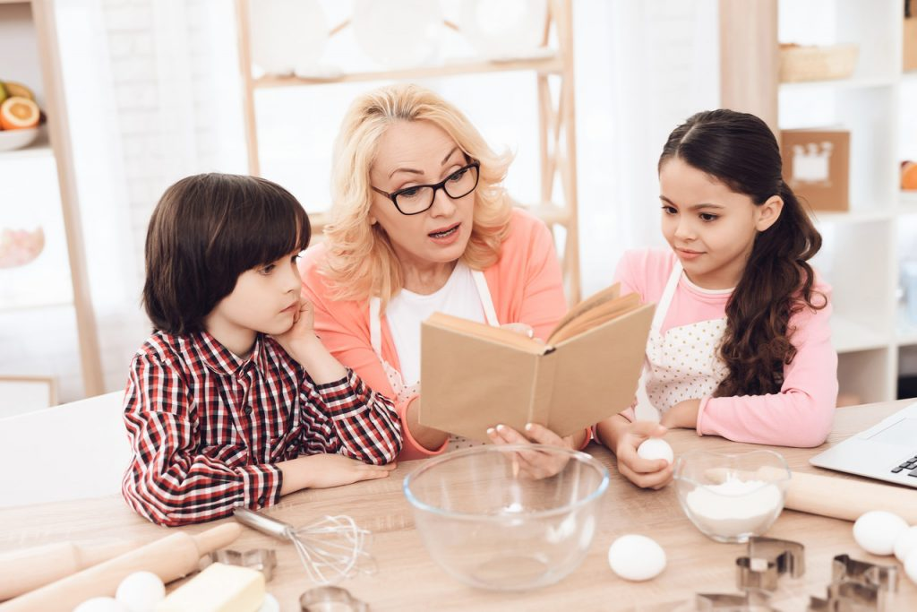 babcia czyta dzieciom książki