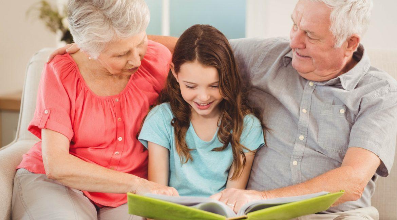 dziadkowie czytający książkę wnuczce