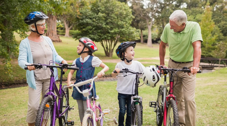 dziadkowie z wnukami na rowerach