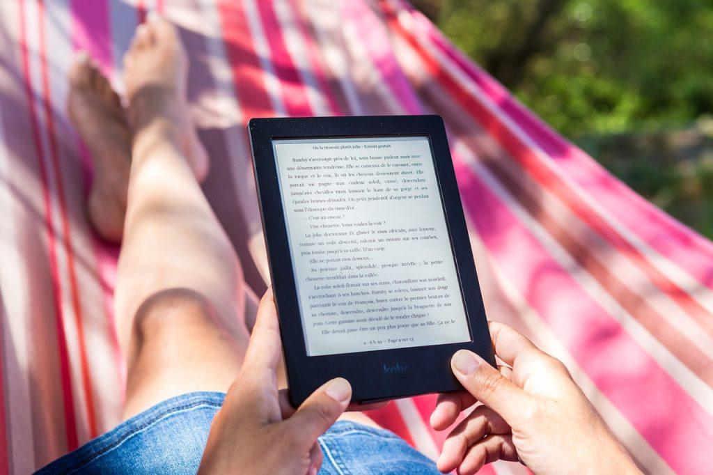 kobieta czytająca ebook na hamaku