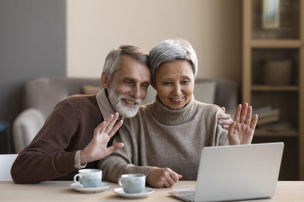 dziadkowie rozmawiający na skype