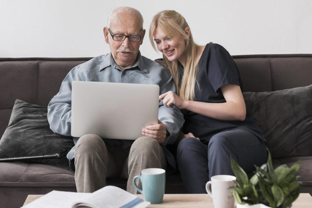 wnuczka pomaga seniorowi w zamówieniu kuriera online