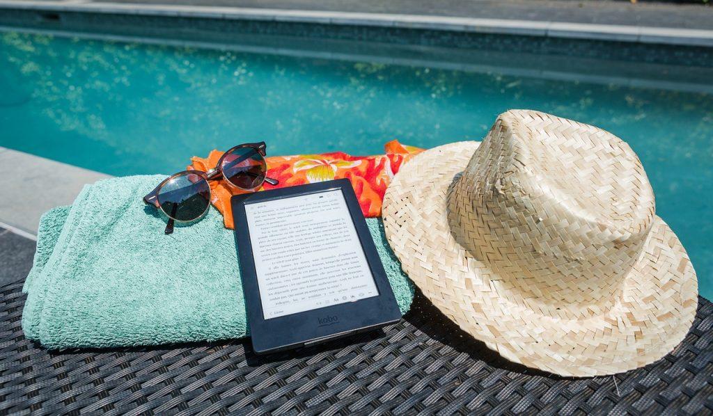 ebook na ręczniku przy basenie