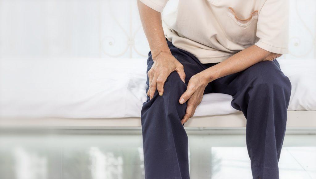 senior z bólem kolana