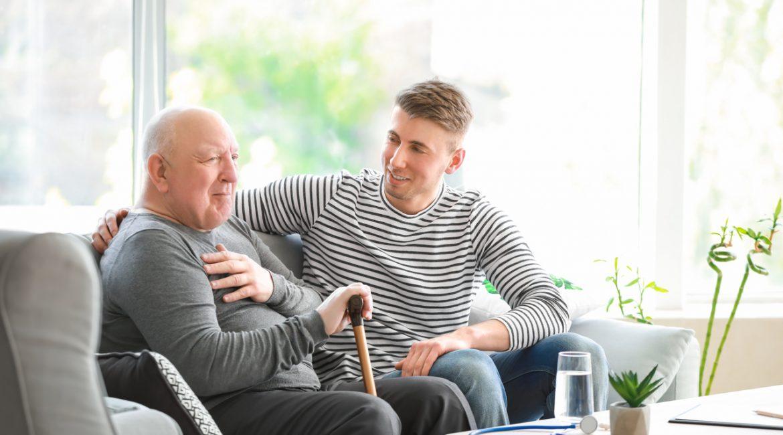 mężczyźni siedzący na sofie