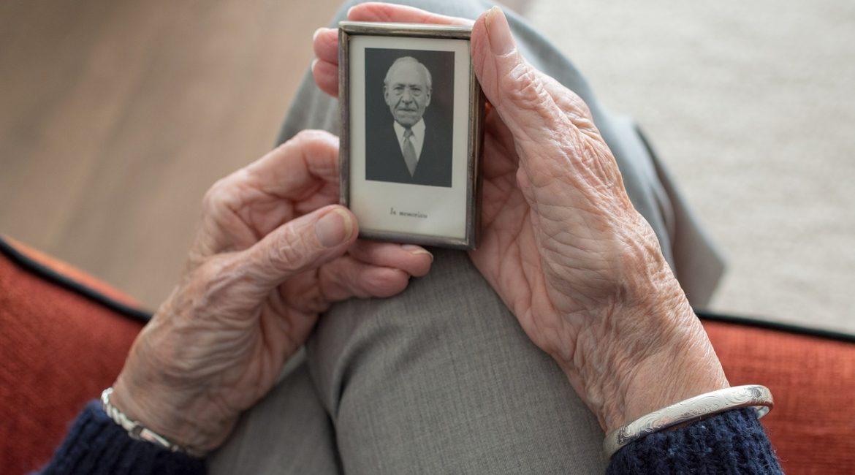 Osoba starsza ze zdjęciem