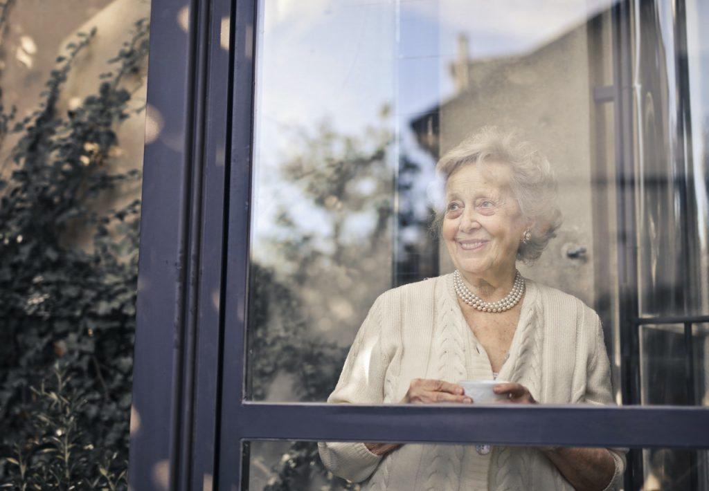 pani w oknie