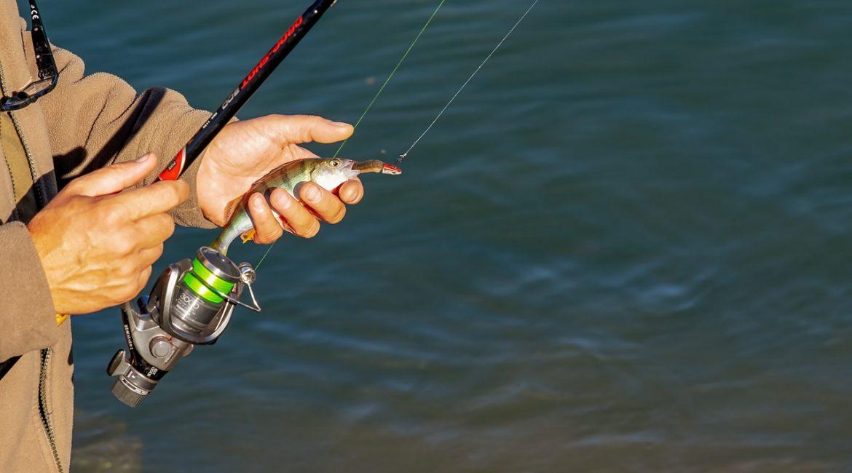 wędkarz z rybą