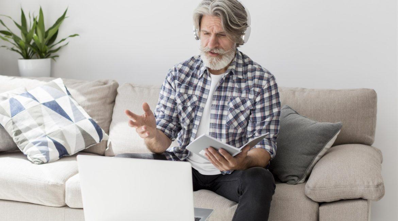 strszy mężczyzna przy komputerze