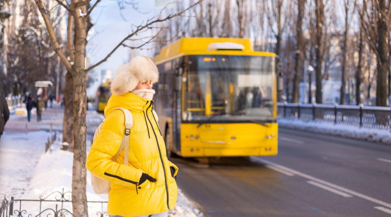 kobieta na przystanku