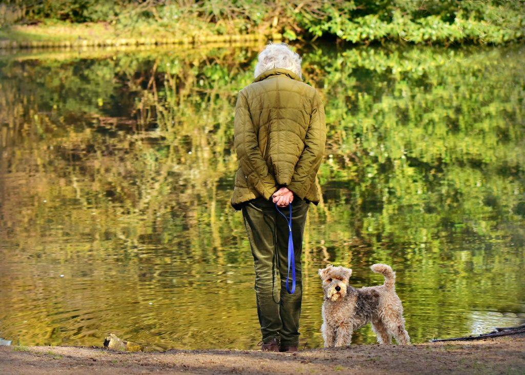senior na spacerze z psem