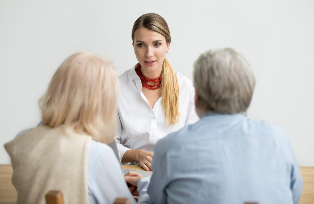 seniorzy rozmawiający z prawnikiem