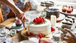 tort urodzinowy na stole
