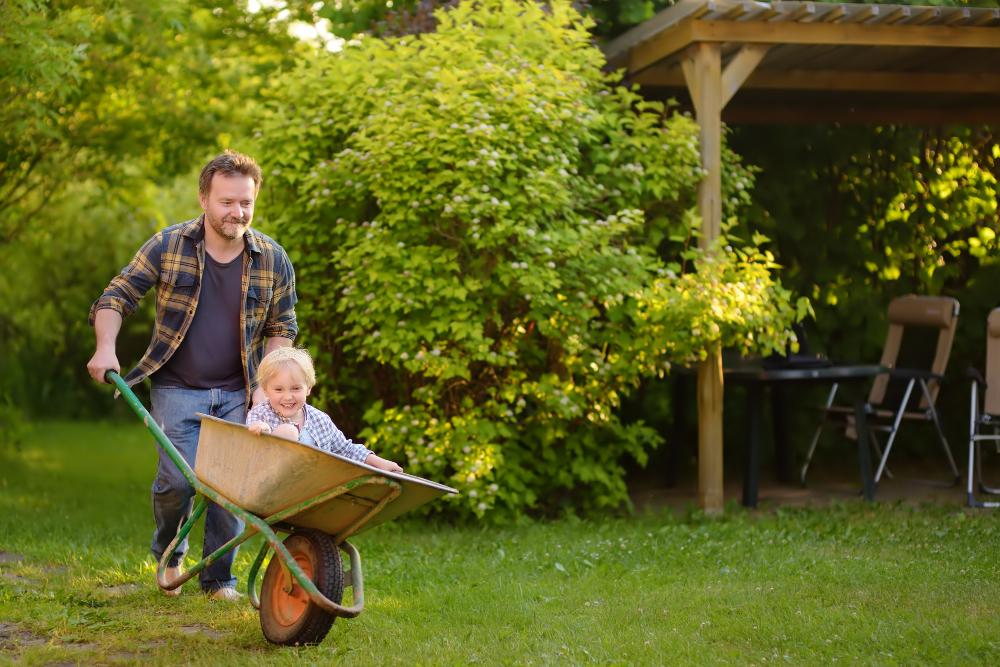mężczyzna z dzieckiem na taczce