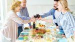 rodzinne spotkanie przy stole